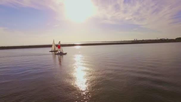 Anténa - plachetnice na klidné mořské vody při západu slunce. Dovolená dovolená Concept 4k