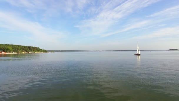 Letecký pohled: krajina krásné klidné moře. Jachty plachetní