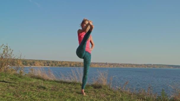 Zdravá jóga vyrovnaná žena cvičí meditovat a energetickou Jóga v přírodě. Krásná dívka praxe asana strom. Zdravý koncepce