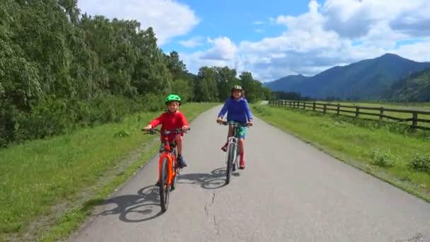 Hoši na kole, na pozadí hor a modré oblohy. Krásný letní den.