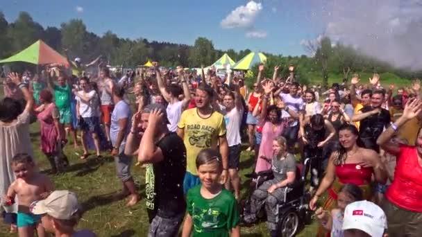 Barnaul, Rusko, 6. červenec 2019: Festival Jódského festivalu a Rawa. Šťastní děti a dospělí se v letních dnech těší a smějí se pod proudem vody