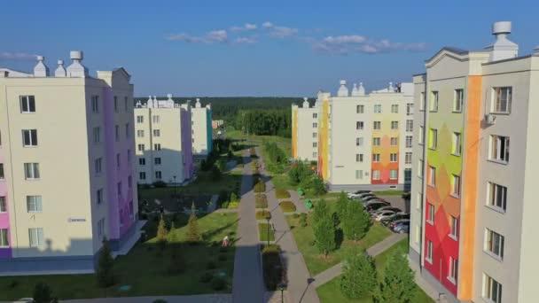 Kemerovo, Rusko-srpen 02, 2019: letecký pohled na obytné domy, parkovací automobily a silnice v satelitním městě Kemerovo-Lesnaya Polyana. Lidé chodí, jezdí na kole.