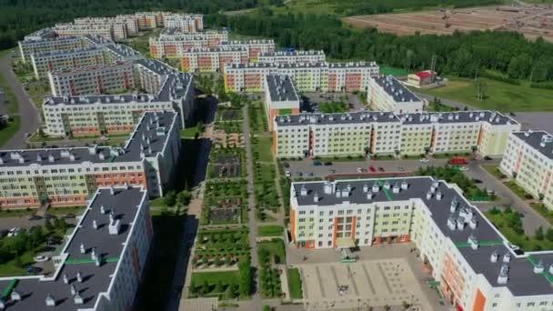 Légi-drone repülés alatt egy elővárosi lakótelep egy napsütéses napon a nyáron. Satellite City Kemerovo-Lesnaya Polyana, Oroszország.