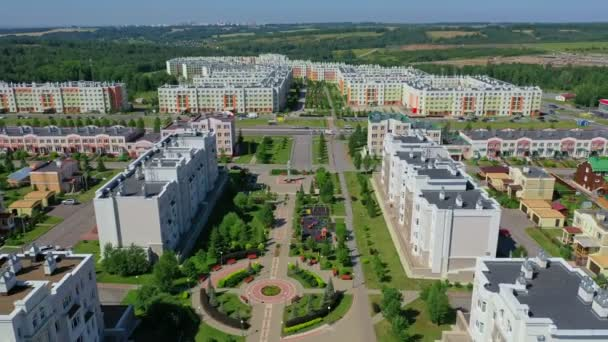 Letecký výhled na obytné domy v létě. Ruská čtvrť, předměstí. Nemovitosti, drby výstřely shora.