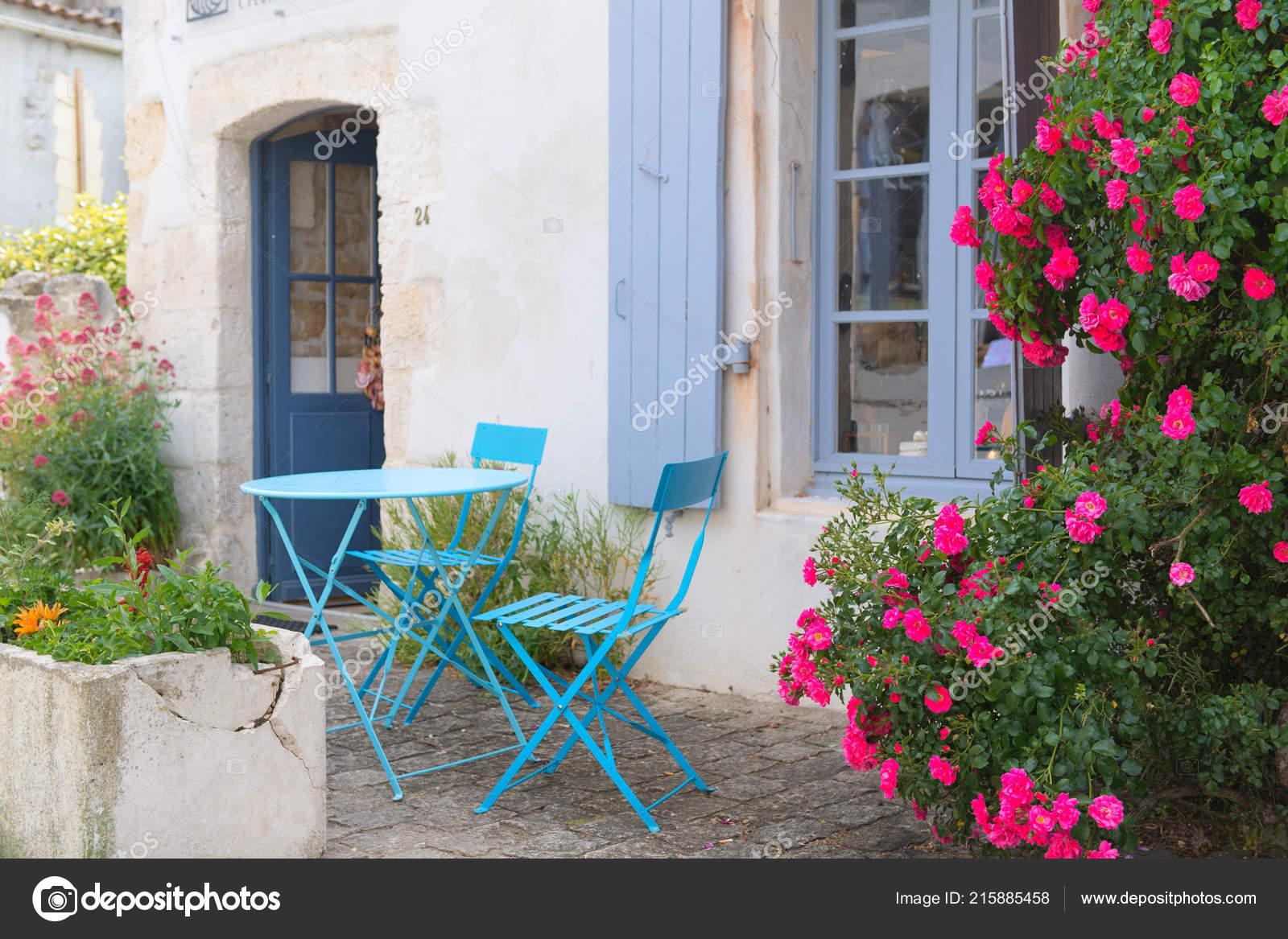 Francais Romantique Terrasse Avec Ensemble Bistro Bleues Roses Roses