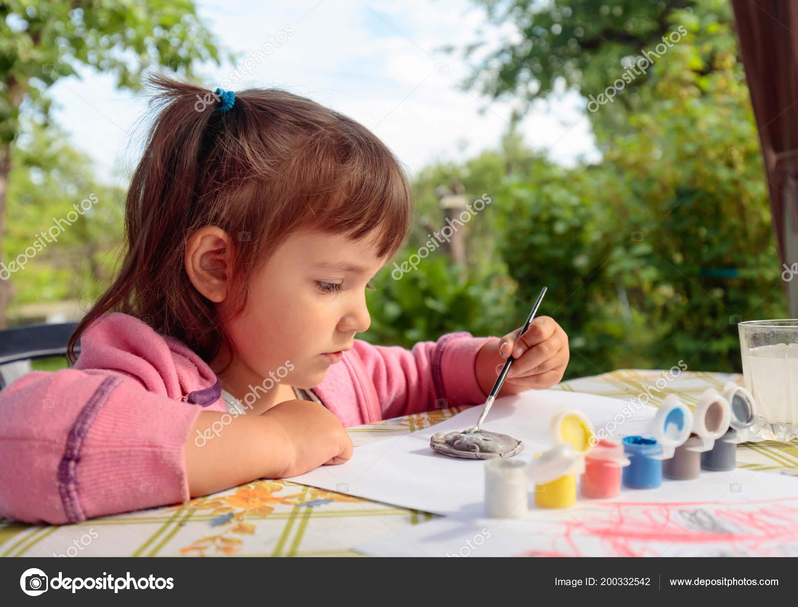 Niedliche Kleine Mädchen Malt Tierfiguren Sonnigen Sommertag Garten