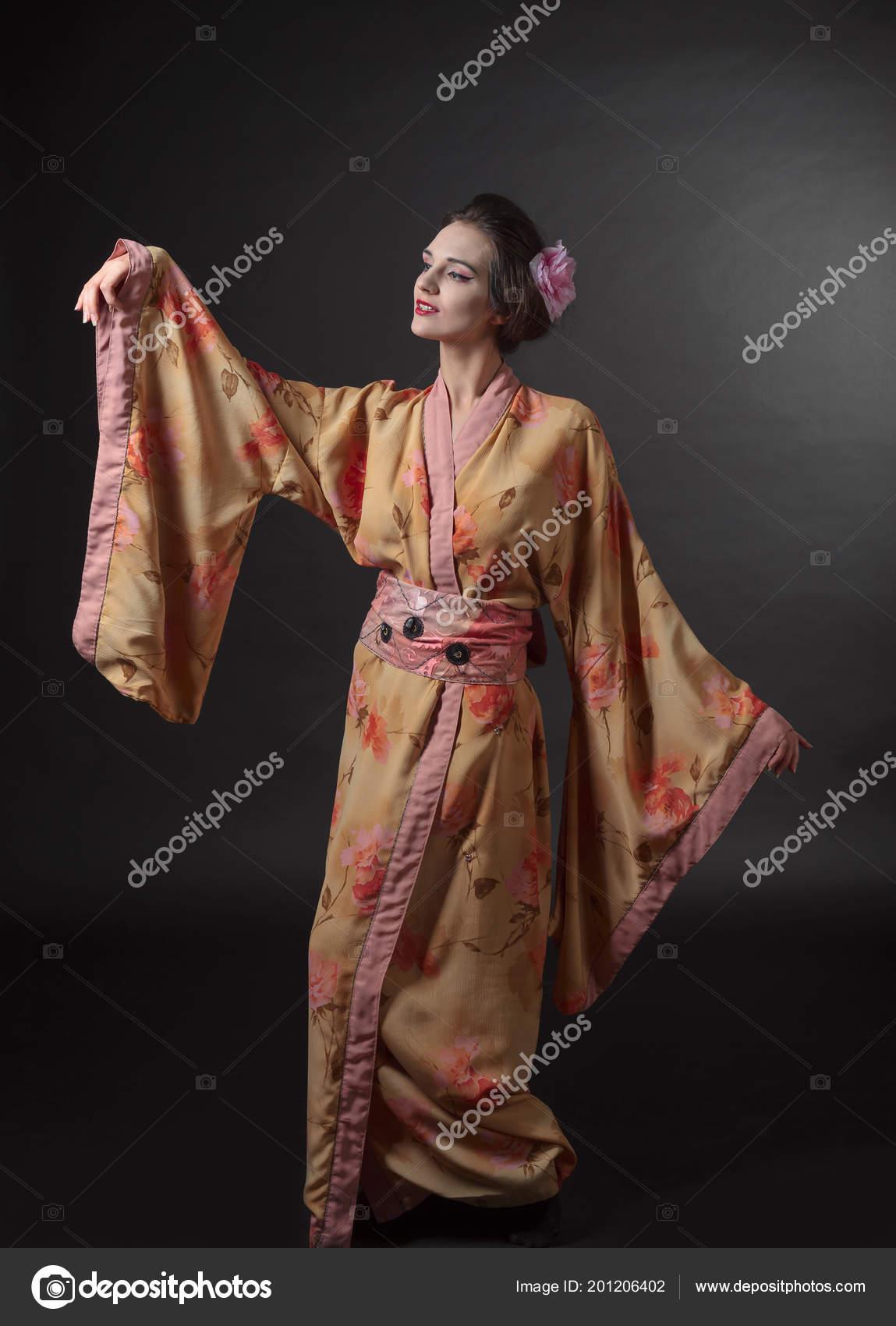 4c17d9900 Baile Mujer Kimono Japon Tradicional Sobre Fondo Negro Mujer Hermosa ...
