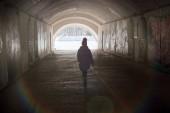 Fotografie Kleines Mädchen ist in den Tunnel Fuß.