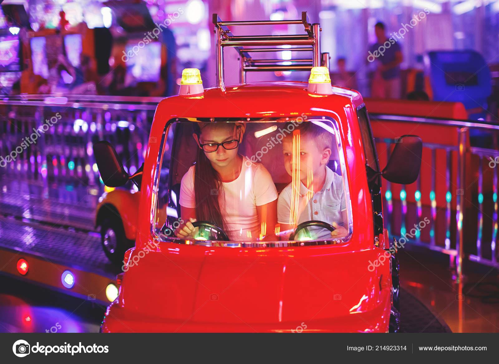 Fille Ride Petit Garçon Sur Teen Cute Carrousel Dans Une 2eHD9WEIY