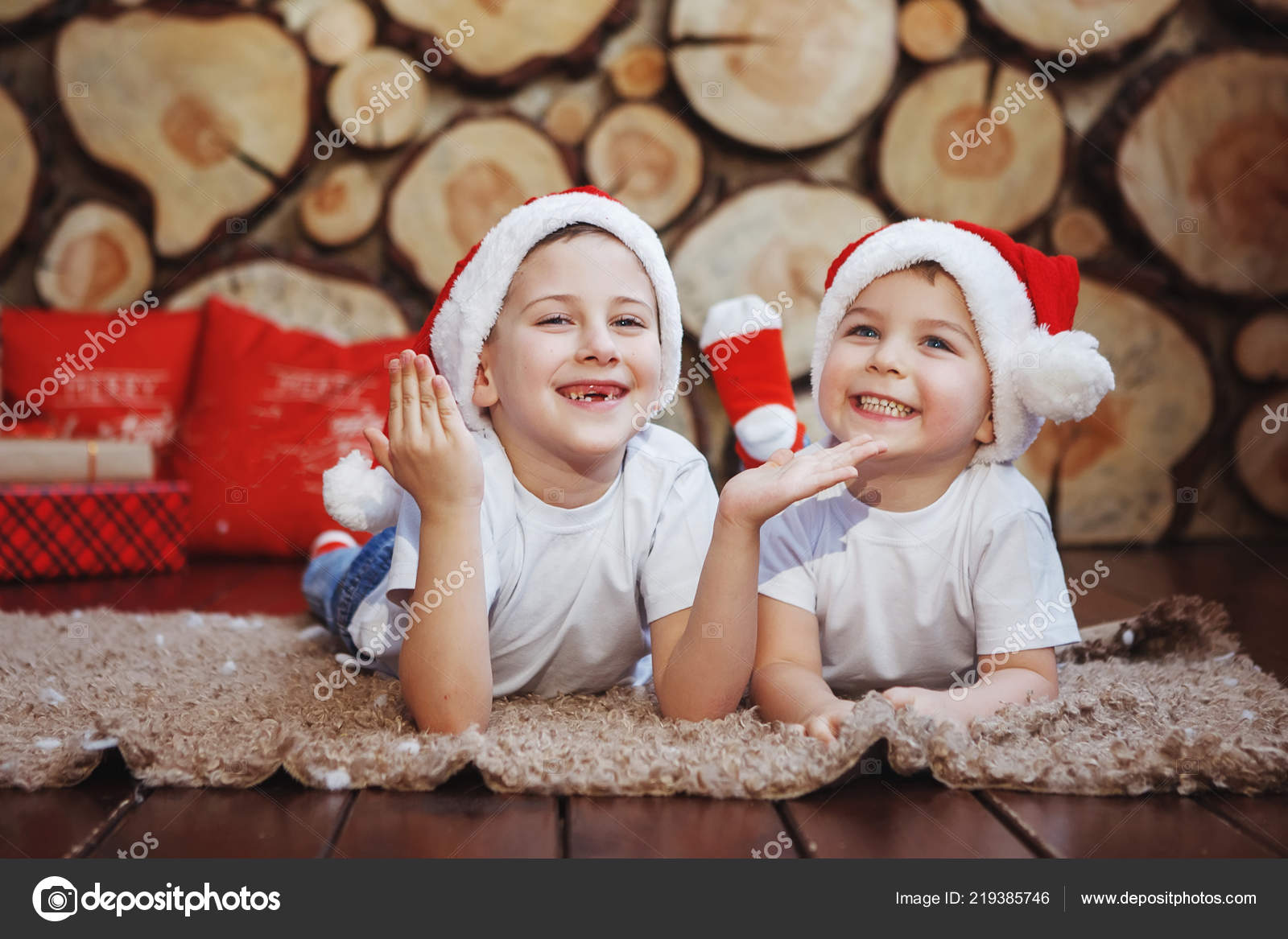 d2b9a7645 Two Brother Boys Christmas Hats Lying Laughing Rug New Year — Stock ...