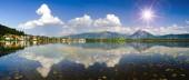 Fotografie Weitwinkel-Blick auf die Alpen Gebirge Spiegelung im See Forggensee in der Region Allgäu in Bayern