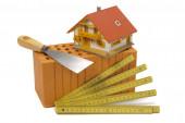 nástroje a cihly jako symbol pro stavbu domu