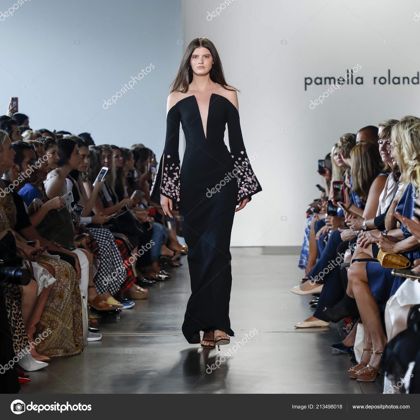 New York, Usa , 6 septembre 2018  Une piste modèle promenades pour le  défilé de Pamella Roland Spring/Summer 2019 au cours de la semaine de mode  de New