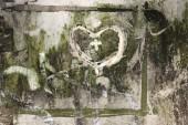Fotografie Form von Herzen - Symbol der Liebe - kritzelte auf eine stark verschmutzte Oberfläche