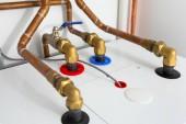 Cooper-Rohre der Gasheizung im Heizraum