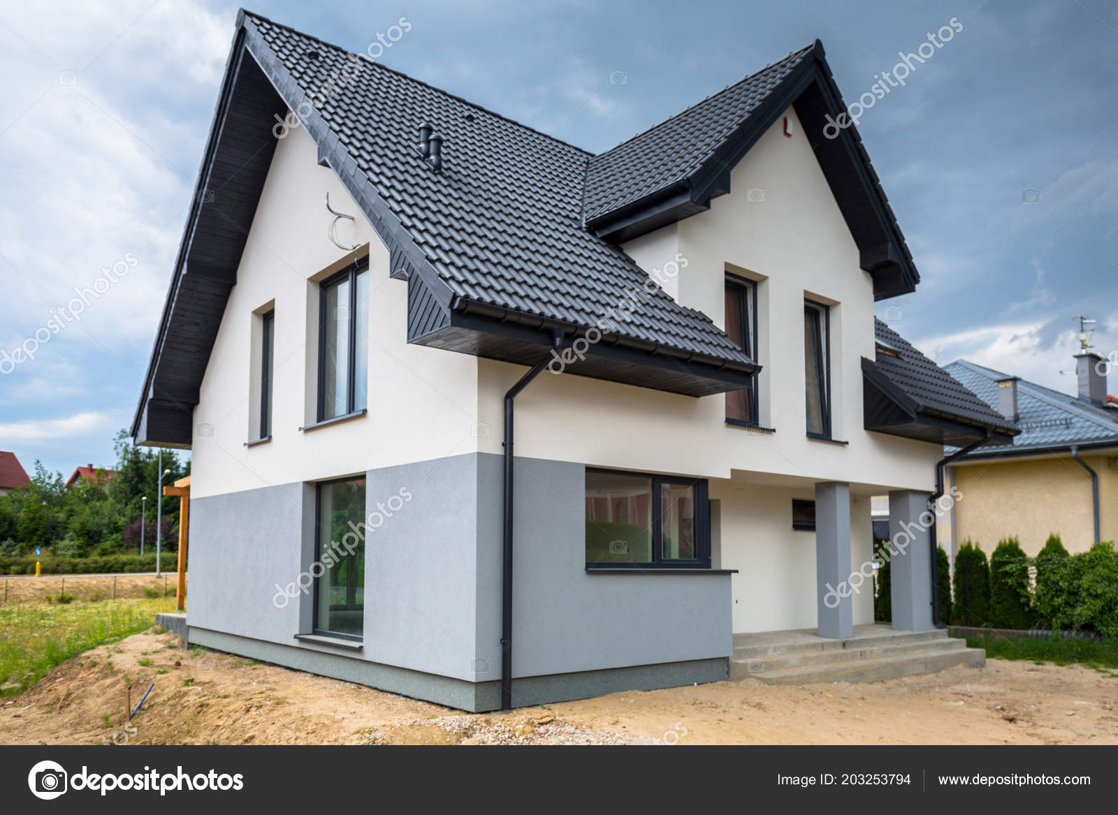 Das Neu Gebaute Haus Mit Einem Fertigen Putz Und Farbe ...