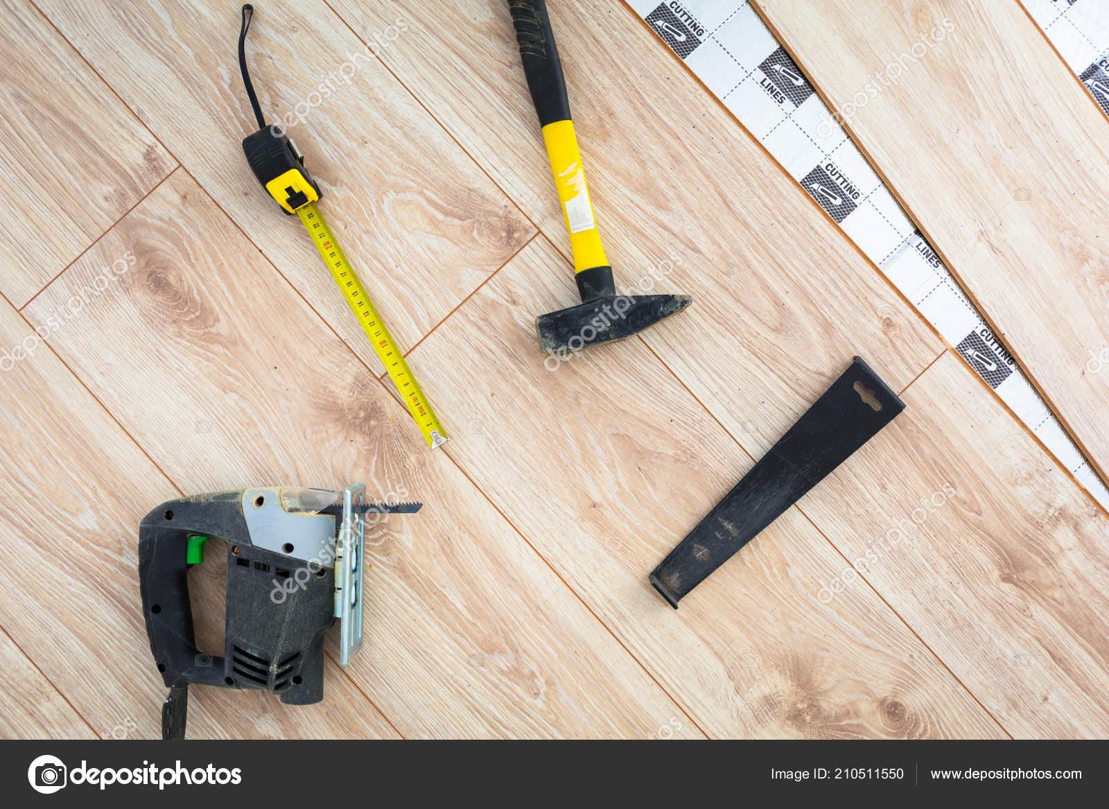 Nieuwe Houten Vloer : Instalation van nieuwe houten vloer bij thuis u stockfoto