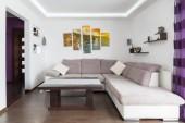 Modern nappali belső kanapéval és tv