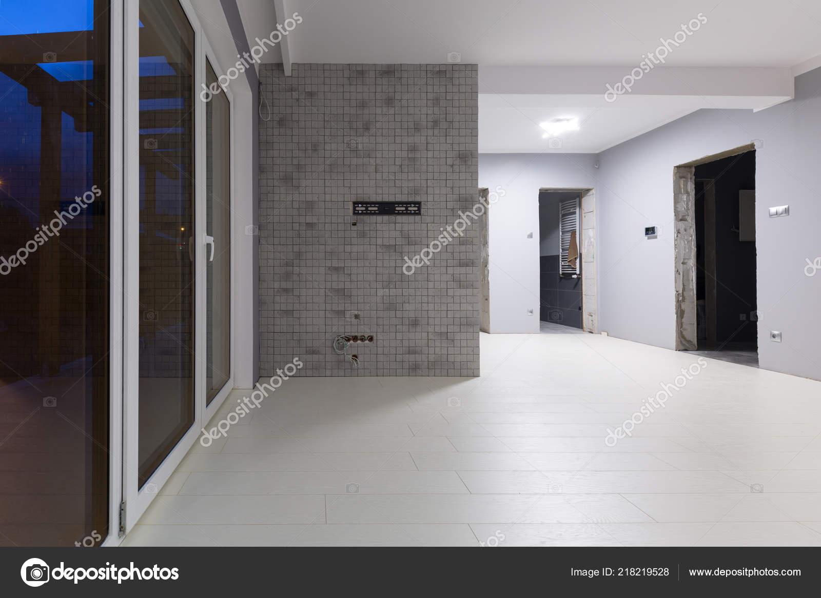 Woonkamer met nieuwe gelamineerde vloer decoratieve muur
