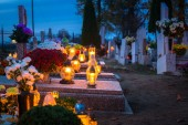 Fotografie Bunte Kerzen auf dem Friedhof zu Allerheiligen, Polen