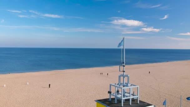 Luftbild des schönen Strandes mit Haus der Rettungsschwimmer an der Ostsee in Danzig, Polen