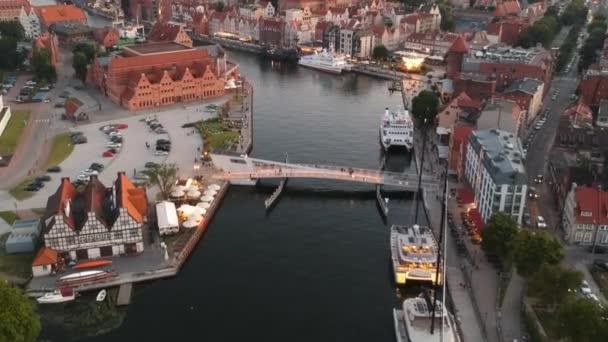 Gdaňsk, Polsko - 17. července 2020: Letecký pohled na staré město v Gdaňsku s úžasnou architekturou při západu slunce, Polsko
