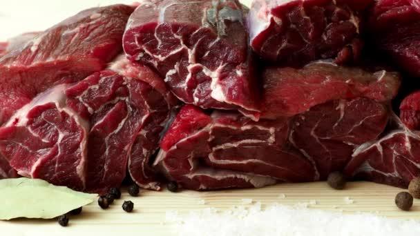Čerstvé hovězí maso s přísadami pro vaření na dřevěné desce