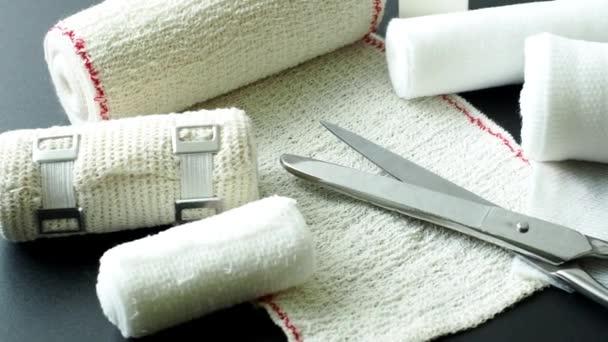 Zdravotnické bandáže s nůžkami. Lékařské vybavení