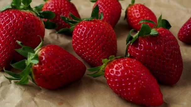 Čerstvé jahody na hnědém papíru