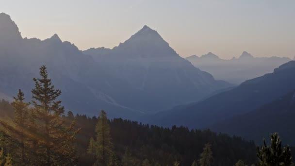 Východ slunce nad alpskými vrcholy a Tofane Group ve Dolomitech, Itálie, Evropa