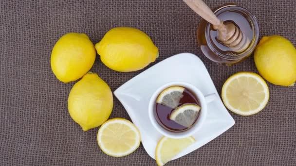Tasse Tee mit Honig und Zitrone. würziger Heiltee für die Herbst-Winter-Saison.