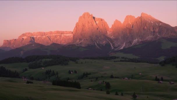 Blick auf den Sonnenuntergang im Sommer auf der Seiser Alm, Dolomiten, Italien