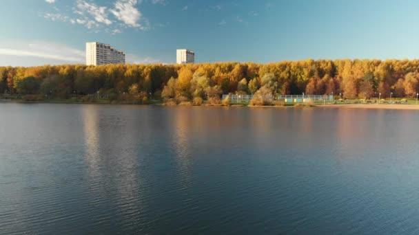 Let nad Shkolnoe jezero v okrese Zelenograd Moskva, Rusko