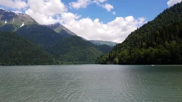 Egy abháziai Ritsa tó körüli gyönyörű hegyek