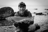 A nyári tavi pisztráng boldog horgász