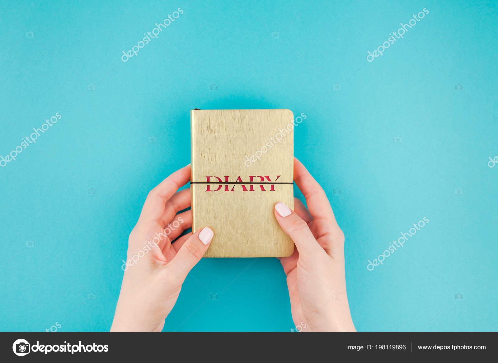 Kreative Wohnung Lag Der Frau Hände Halten Kleine Goldene Notizbuch ...