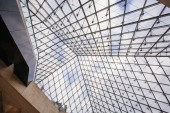 Paris, Franciaország - október 02, 2016: Bejárat a Louvre-ban. Látogasson el a