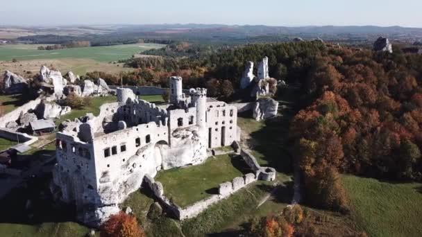 Vzdušný výhled z dronu na zříceniny středověkého hradu na skále v Ogrodzieniec v Polsku. Jedna z pevností nazvaná Eagles Nests v polské Jurské Highlandské oblasti v Silesi