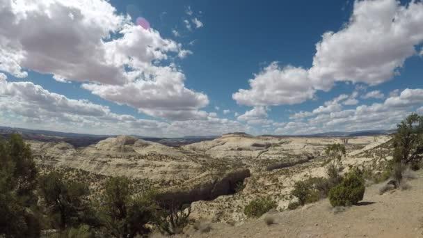 Nad Národním památníkem Escalante Grand Staircase v Utahu nastal čas kumulace mraků. Fotoaparát běží zleva doprava. Mraky se pohybují směrem ke kameře.