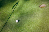 Mini golf bílý míček na umělé trávě