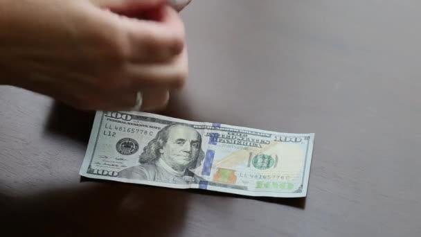 Ruce ženy počítání sto dolarů bankovky peníze na stole