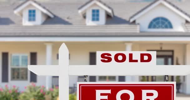 4k Slow Pan von schönen Custom Home und Verkauft zu verkaufen Immobilien Zeichen