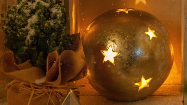 Filmaufnahmen von Weihnachtskugel mit hellen Sternen für die Adventszeit