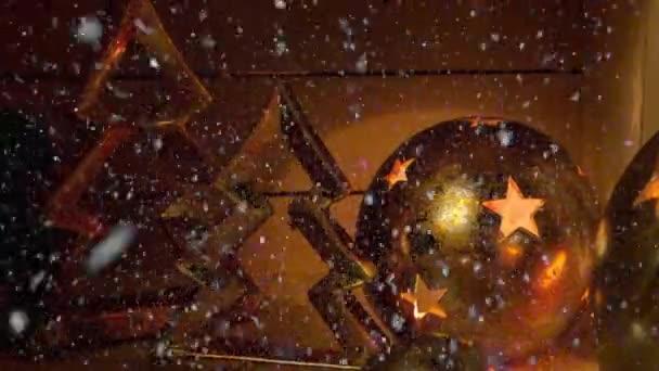 Filmaufnahmen von Weihnachtsdekoration für die Adventszeit mit Schneefall-Effekt