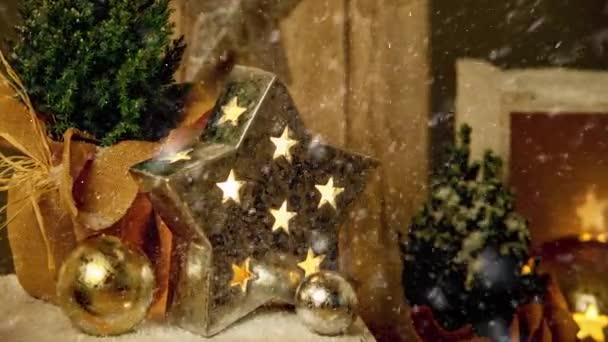 Filmaufnahmen von Weihnachtsbäumen und Sternenschmuck für die Adventszeit mit Schneefall-Effekt