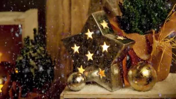 Filmaufnahmen von Weihnachtssterndekoration für die Adventszeit mit Schneefall-Effekt