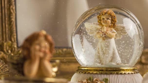 Felvételek a karácsonyi aranyos álmodozó angyal dekoráció az adventi szezonban