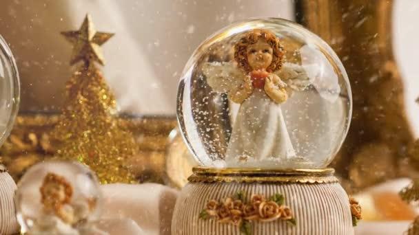 Weihnachtsengel in Schneekugeldekoration für die Adventszeit mit Schneefall-Effekt