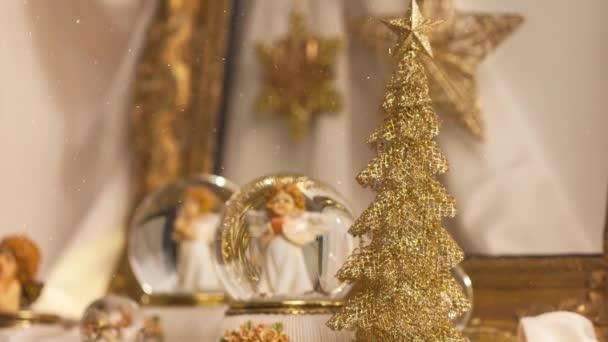 Filmaufnahmen von Christbaumschmuck mit Schneekugeln für die Adventszeit