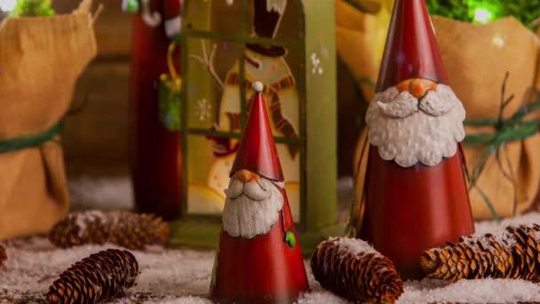 Filmaufnahmen von Weihnachtsmanndekorationen für die Adventszeit